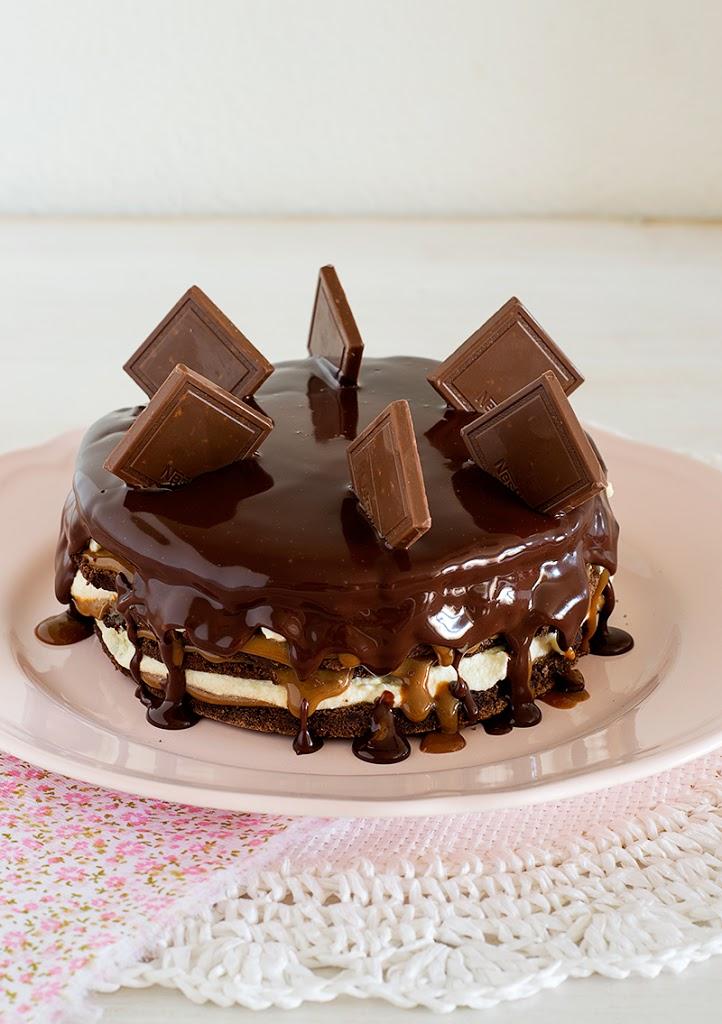 mousse de chocolate cocida con crema de mantequilla y salsa de dulce de leche