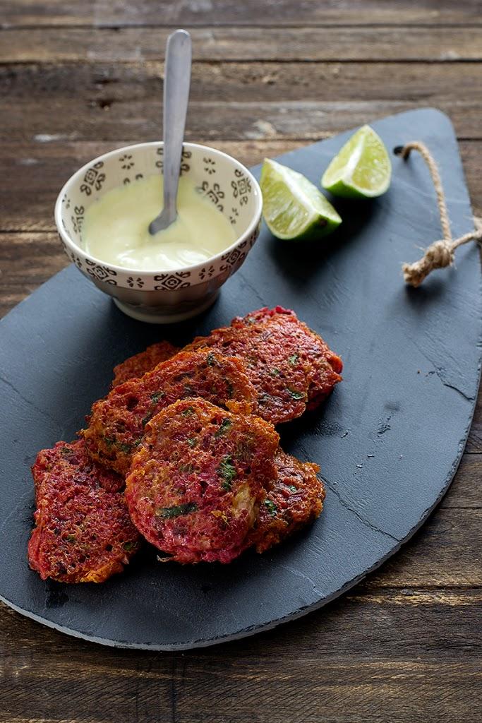 buñuelos de quinoa y tallos de remolacha con salsa de yogurt