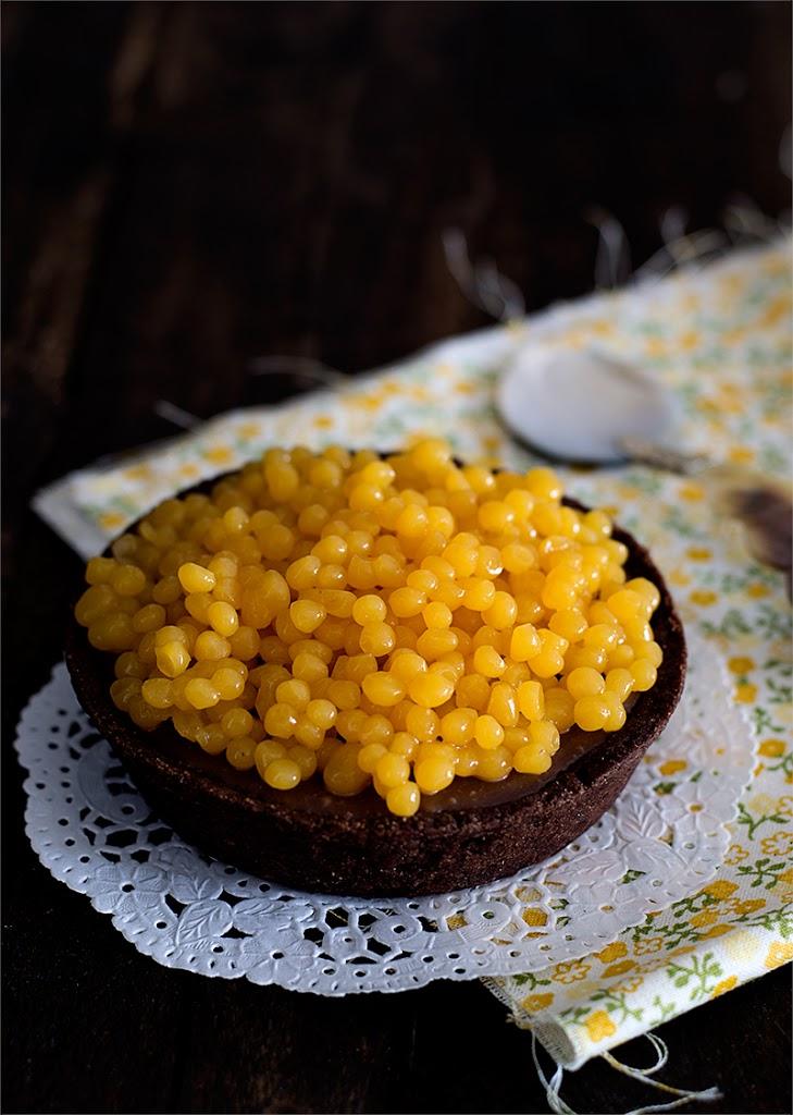 tarta de chocolate con leche y caviar de mango