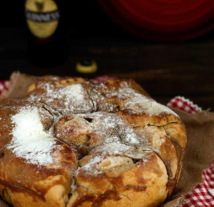 pan de cerveza negra y mantequilla con costra, en cocotte