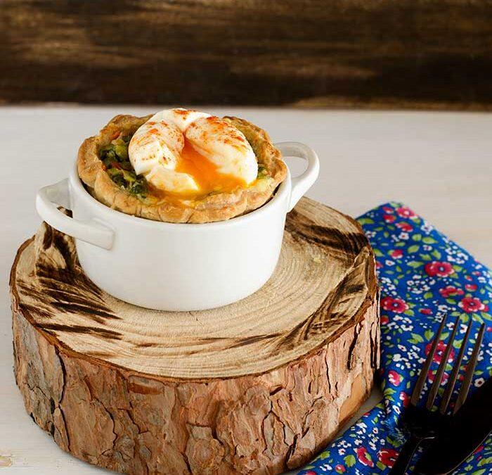 tartines de cebolleta, bacon y queso con huevo poché