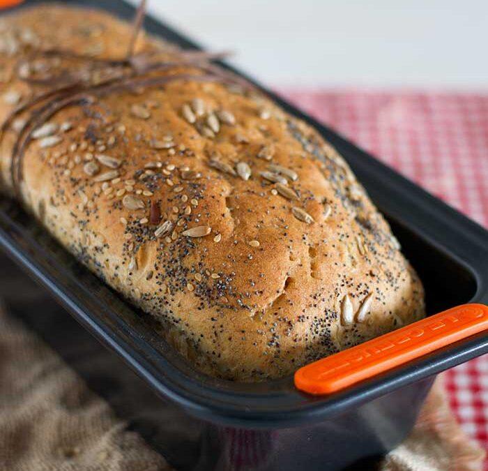 pan de espelta, buttermilk y semillas, y mantequilla casera